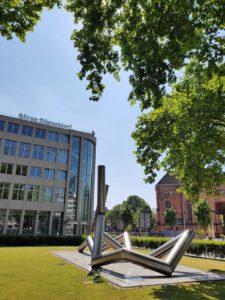 Vor der Börse Düsseldorf am Ernst-Schneider-Platz 1 befindet sich eine Stahlskulptur des Künstlers Erich Hauser